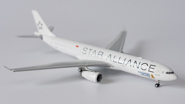 """Airbus A330-300 Singapore Airlines """"Star Alliance"""" 9V-STU Scale 1/400"""