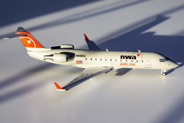 Bombardier CRJ-440 Northwest Airlink operated by Pinnacle Airlines N8980A Scale 1/200